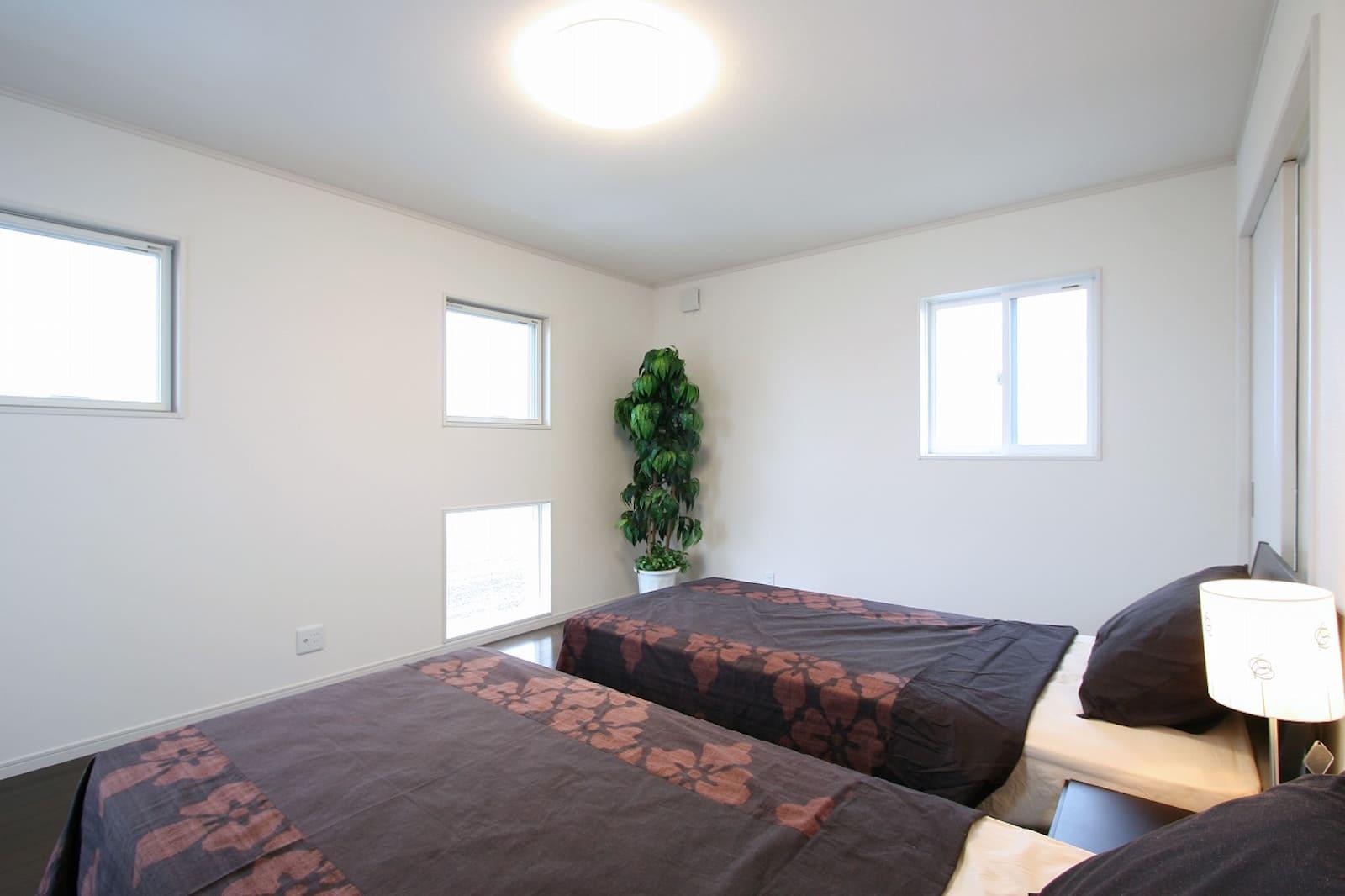 広々とした寝室