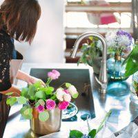 お気に入りのキッチンで花を活ける サムネイル