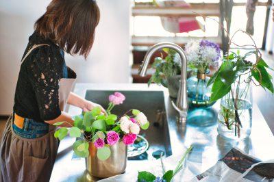 お気に入りのキッチンで花を活ける