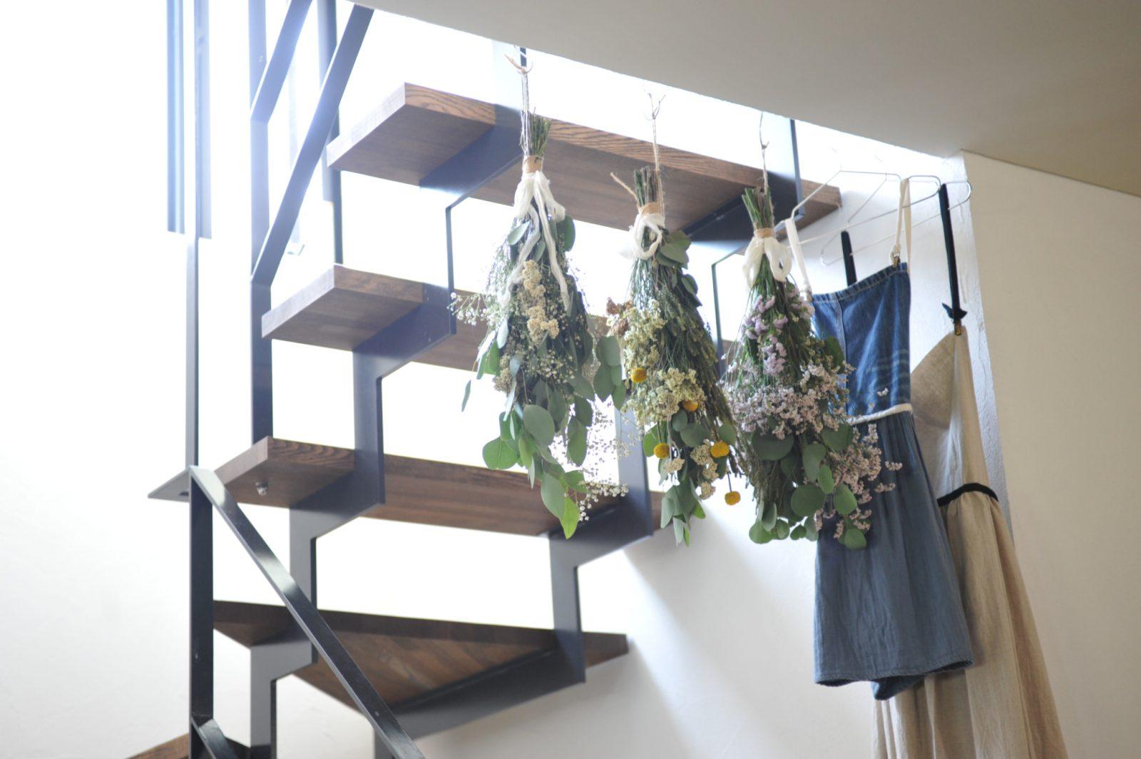 スケルトン階段にプリザーブドフラワーを飾る