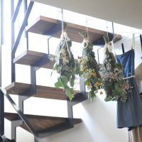 スケルトン階段にプリザーブドフラワーを飾る サムネイル