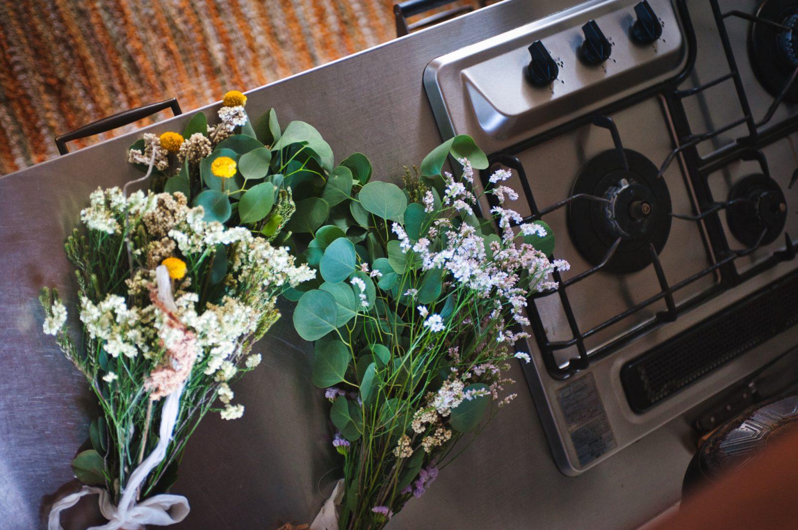 キッチンに置かれた花