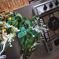 キッチンに置かれた花 サムネイル